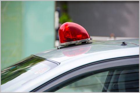 刑事が使う覆面パトカー内で交わされる会話とは