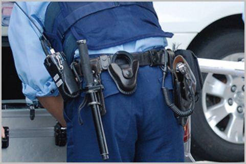 警察官は左利きでも拳銃は右腰に装着する決まり