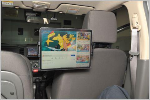 車載タブレットホルダーで後部座席をシアターに